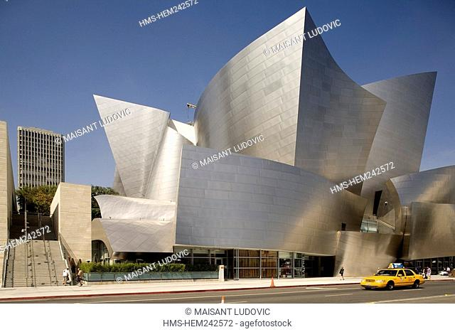 United States, California, Los Angeles, Downtown, bus in front of the Walt Disney Concert Hall by architect Frank Gehry