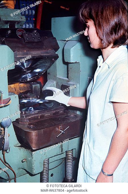 SUONO. Produzione di L.P. alla RCA Italia di via Tiburtina. Il vinile viene introdotto nella pressa fra le due matrici (lato A e lato B)