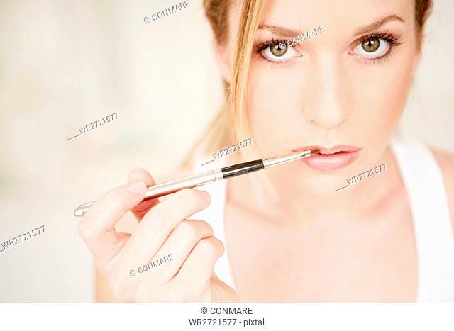 young, woman, applying, lip gloss, face, fresh, be
