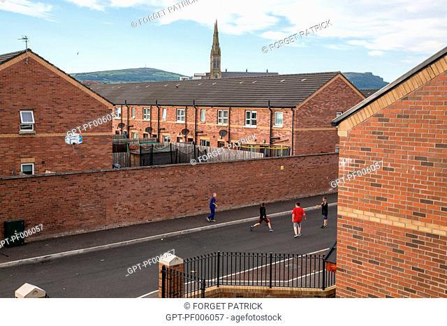 CHILDREN IN THE STREET, BALLGAME (SOCCER), CULLINGTREE ROAD, WESTERN QUARTER, BELFAST, ULSTER, NORTHERN IRELAND