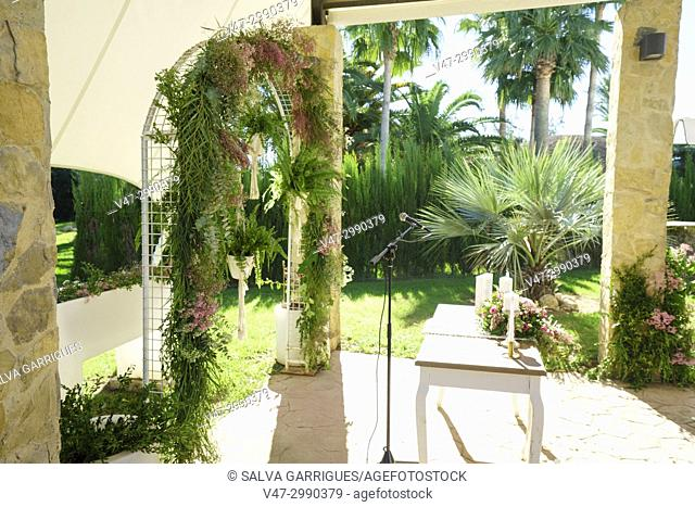 Arch decorated with plants in a garden prepared for weddings