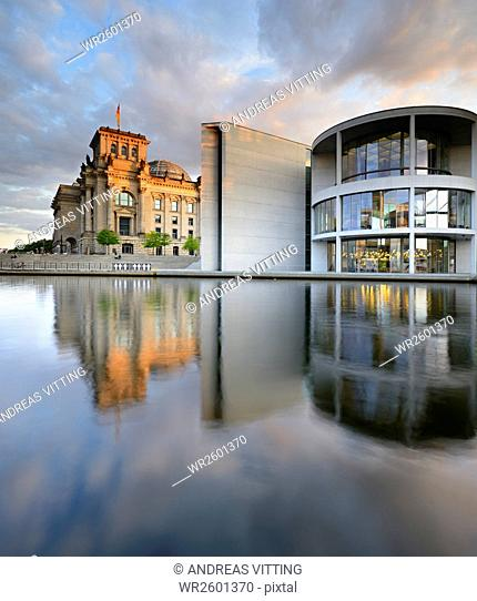 The Reichstag and Paul Loebe Haus on the banks of the Spree, Spreebogen, government district, Mitte, Berlin, Germany