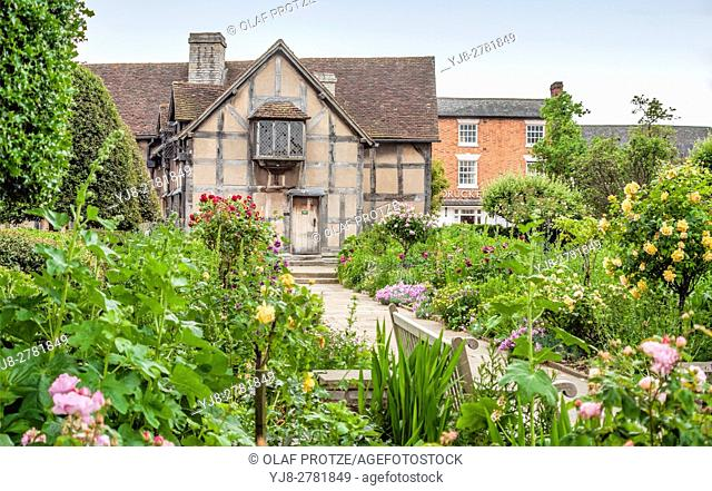 Garden of Shakespeares Birth Place where he was born in 1564, Stratford-Upon-Avon, Warwickshire, England