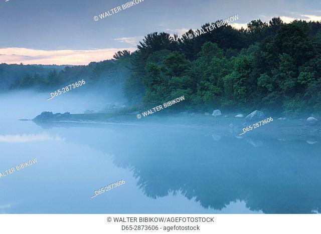 USA, Massachusetts, Cape Ann, Annisquam, Annisquam Harbor in summer fog