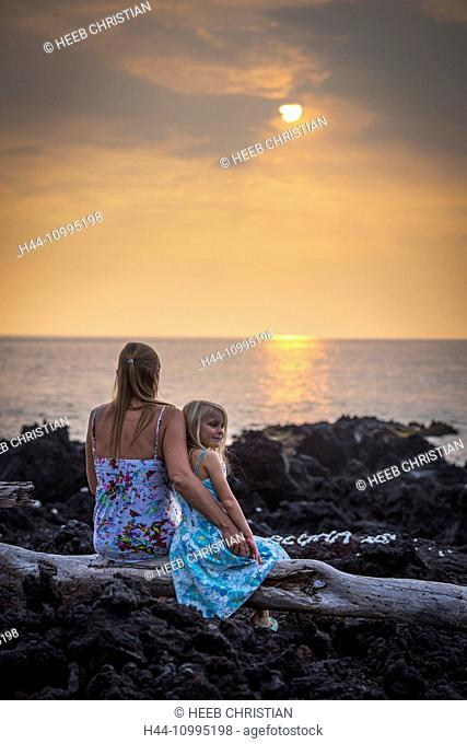 USA, Vereinigte Staaten, Amerika, Hawaii, Big Island, mother and daughter at sunset near Captain Cook, MR