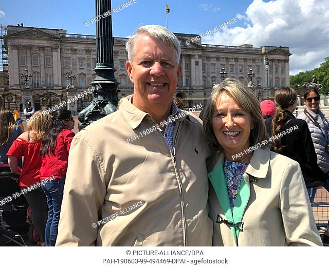 03 June 2019, Great Britain, London: Eric and Christine Graham from the US state of Florida are standing in front of Buckingham Palace