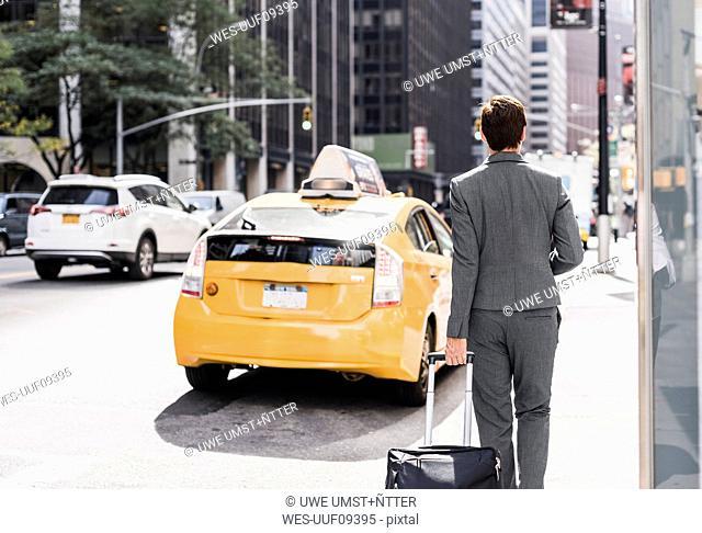 USA, New York City, businesswoman in Manhattan on the go