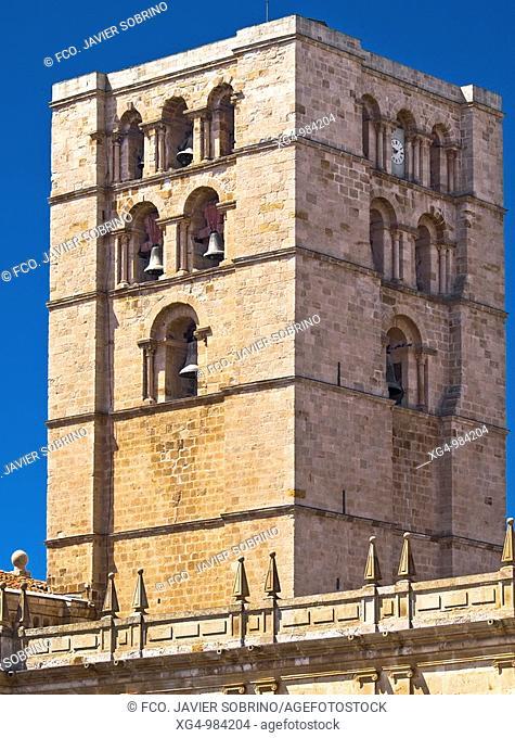 Torre campanario de la catedral del Salvador de Zamora, de estilo románico, siglos XII y XIII - Castilla y León - España