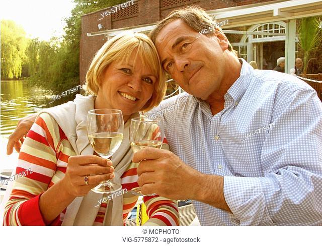 Ein aelteres Paar trinkt Wein im Cafe Sommerterassen an der Alster, Hamburg 2005 - Hamburg, Germany, 24/11/2005