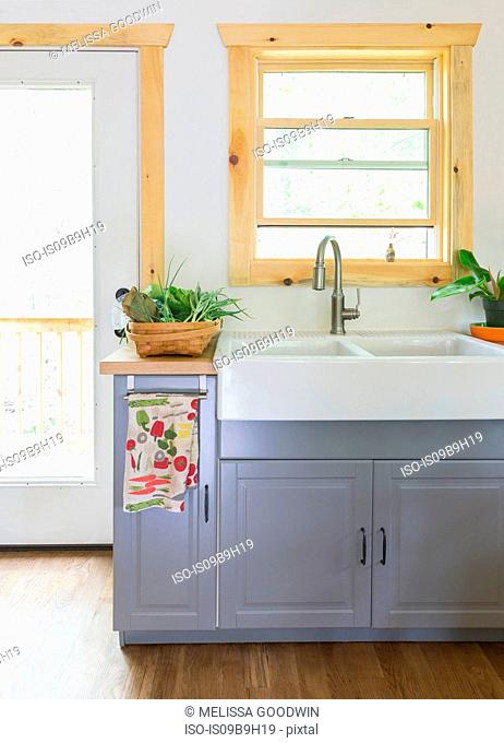Butler sink in country kitchen