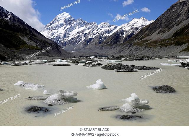 Hooker Lake and Glacier with icebergs and Mount Cook, Mount Cook National Park, UNESCO World Heritage Site, Canterbury region, South Island, New Zealand