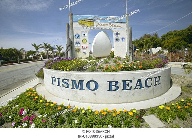 A sign welcoming people to Pismo Beach