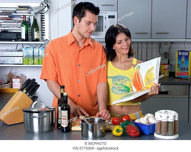 Ein junges Paar kocht zusammen ein Essen, 2005 - Hamburg, Germany, 19/05/2005