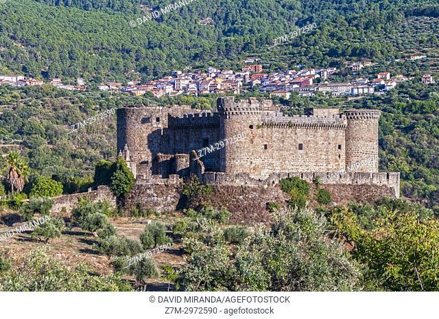 Castillo de Mombeltrán con Santa Cruz del Valle al fondo. Barranco de las cinco villas. Valle del Tiétar. Provincia de Ávila, Castile-Leon, Spain