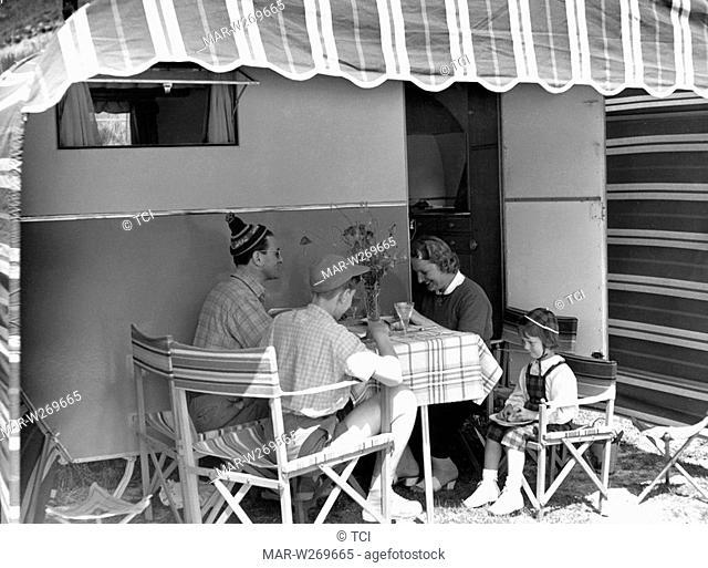 famiglia pranza sotto la tenda del caravan, 1950