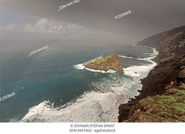 Steilküste und Felsinsel Roque de las Tabaidas, Atlantik, Santo Domingo de Garafia, La Palma, Kanarische Inseln, Spanien / Cliff coast and Rock Roque de las...