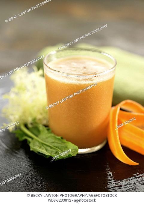 zumo de zanahoria, espinaca y lechuga. / carrot, spinach and lettuce juice
