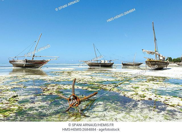 Tanzania, Zanzibar, Nungwi, boats on the low tide strike