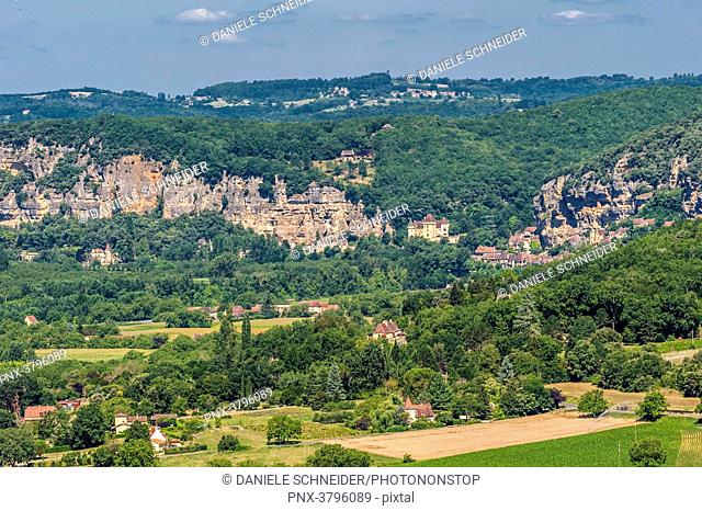 France, Nouvelle Aquitaine, Dordogne, the Dordogne River Valley from Domme (France's most beautiful village), la Roche-Gageac in the background