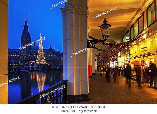 Hamburger Rathaus und Alsterarkaden mit Weinachtsmarkt, Deutschland , Hamburg Town Hall and River Alster Arcades with Christmas Market, Germany