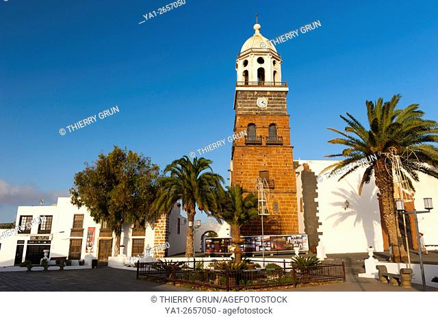 Spain, Canary islands, Lanzarote, Teguise town, Place Piazza de la Constitucion and eglise Iglesia de Nuestra Senora de Guadalupe church