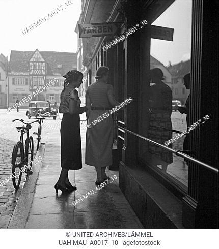 Zwei Frauen am Schaufenster eines Farbengeschäfts, Deutschland 1930er Jahre. Two women at the shop window of a paint shop, Germany 1930s