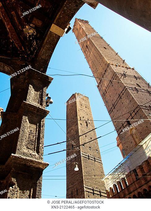 Asinelli and Garisenda towers, Two Towers, Porta Ravegnana Square, Piazza di Porta Ravegnana, Bologna, Emilia-Romagna, Italy, Europe