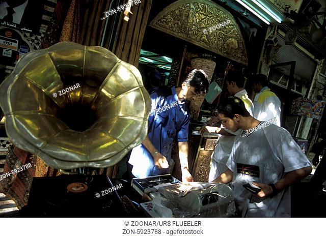 Der Souq oder Markt in der Medina der Altstadt von Aleppo im Norden von Syrien im Nahen Osten