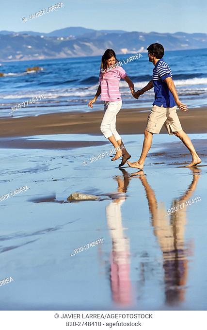 Couple on the beach, Zumaia, Gipuzkoa, Basque Country, Spain, Europe