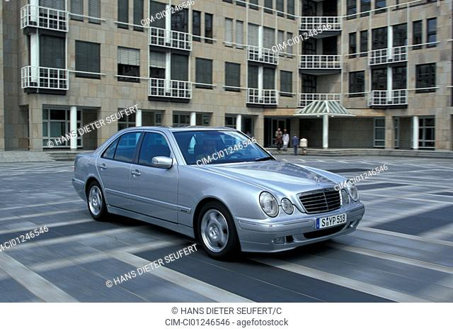 Car, Mercedes E class, Limousine, upper middle-sized , model year 1999-2001, silver, driving, diagonal from the front, side view, frontal view, City