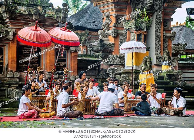 Indonesia, Bali, Ubud, Gamelan practise at Pura Dalen the village temple of Penestanan. Gamelan is the traditional balinese musical ensembe