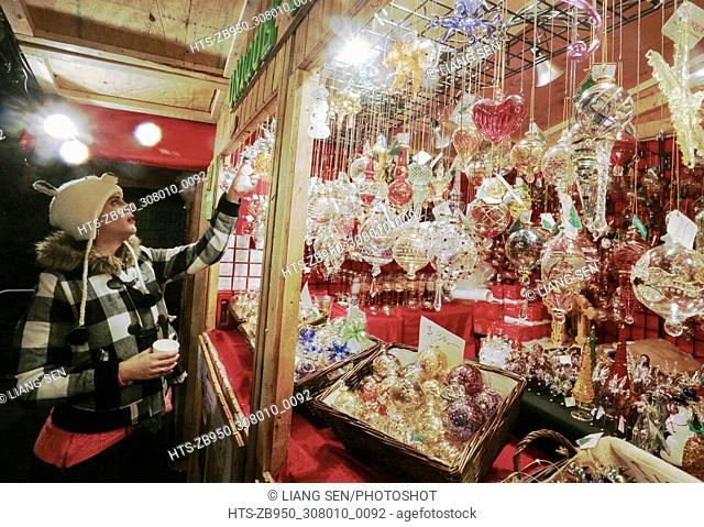 (171125) -- VANCOUVER, Nov. 25, 2017 () -- A resident takes a look to a stall selling festive gifts at the Vancouver Christmas Market in Vancouver, Canada, Nov