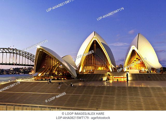 A view of the Sydney opera House at dusk