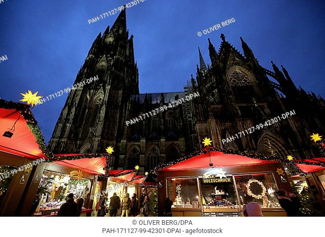 Visitors walk on the grounds of the Christmas market in Cologne, Germany, 27 November 2017. Photo: Oliver Berg/dpa. - Cologne/North Rhine-Westphalia/Germany