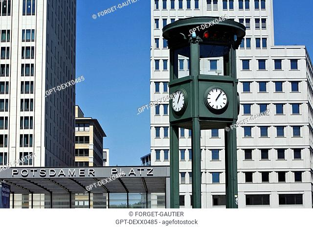 REPLICA OF A TRAFFIC LIGHT FROM 1925, ONE OF THE VERY FIRST IN EUROPE, POTSDAMER PLATZ, BERLIN, GERMANY