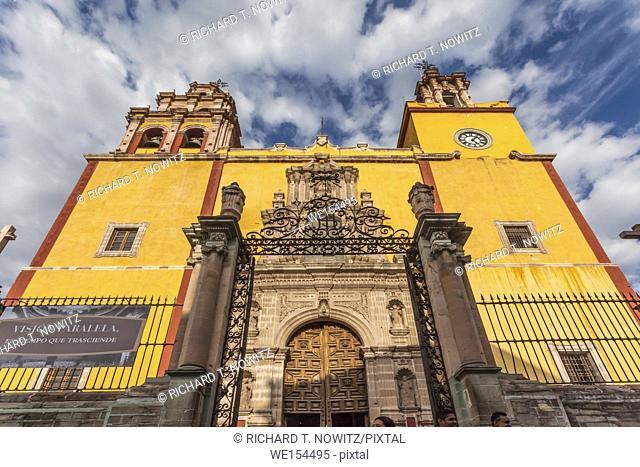 The yellow church of Parroquia de Basílica Colegiata de Nuestra Señora de Guanajuato