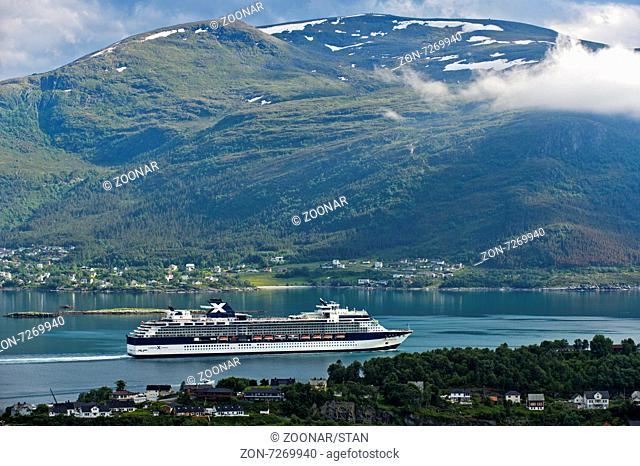 Kreuzfahrtschiff Celebrity Celebration in einem Meeresarm bei Alesund, Provinz Møre og Romsdal, Norwegen / Cruiseliner Celebrity Celebration in a bay near...