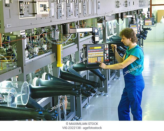 CLOSED PRODUCTION PLANT FOR THE MANUFACTURE OF HIGH-PREssURE DISCHARGE LAMPS. TECHNICIAN AT A TERMINAL FOR CONTROLLING AND MONITORING THE PRODUCTION PROCEss