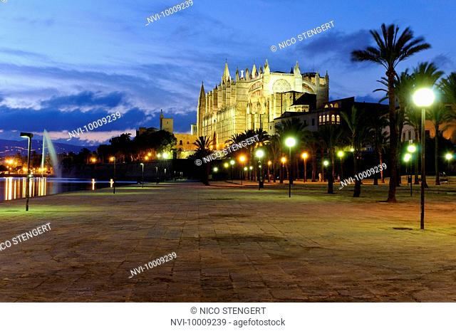 La Seu, illuminated cathedral and landmark of Palma in the evening light, historic town centre, Palma de Majorca, Majorca, Balearic Islands, Spain, Europe
