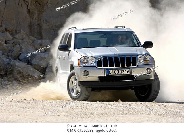 Jeep Grand Cherokee 5.7 Hemi Limited, model year 2006-, silver, driving, diagonal from the front, frontal view, offroad