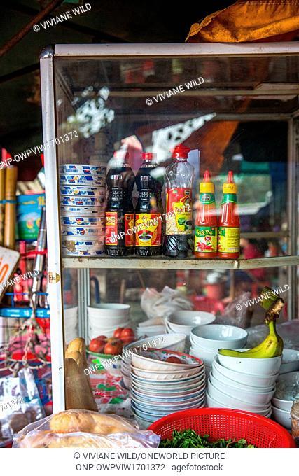 Vietnam, Th?a Thiên Hu?, Hu?, Typical street kitchen in Hué at the station. Name of the restaurant Bún Bò Hué. For breakfast Phó with noodles