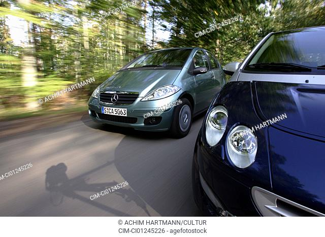 Car, Mercedes A150 and Smart Forfour 1.3, model year 2004-, Lower middle-sized class, driving, diagonal from the front, frontal view, country road, Überholszene
