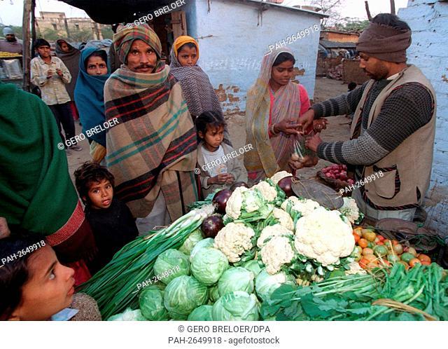 A greengrocer in a slum of New Dehli (India) on 23 January 1997. | usage worldwide. - Neu-Delhi/India