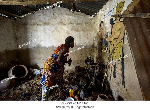 A voodoo priestess performing a voodoo ritual, Ganvié, Benin, Africa