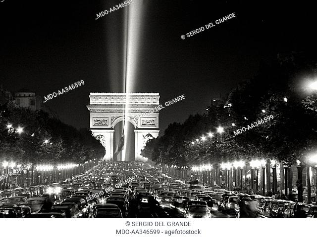 The risk of a revolution in Paris has been averted. A scenographic light to the sky in Place de l'Etoile, in front of the Arch de Triomphe