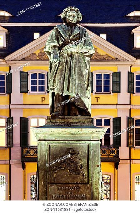 Beethoven Denkmal vor dem Hauptpostamt auf dem Muensterplatz, Bonn, Nordrhein-Westfalen, Deutschland, Europa