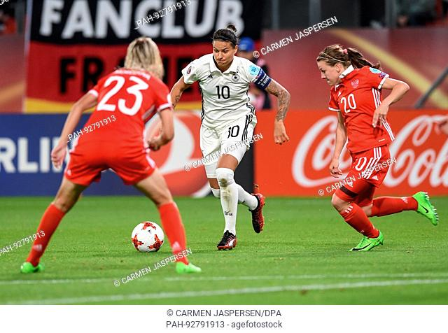 dpatop - Germany's Dzsenifer Marozsan (C) vies for the ball against Russia's Elena Morozova (L) and Margarita Chernomyrdina during the UEFAWomen's European...