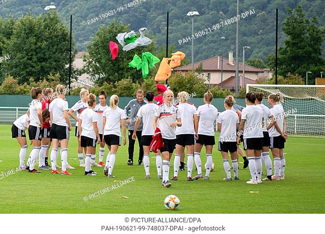 21 June 2019, France (France), Grenoble: Football, women: World Cup, national team, Germany, final training: The team stands in a circle