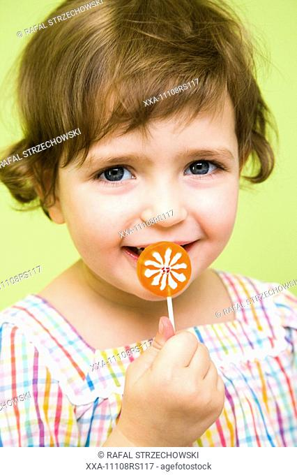 toddler girl with lollypop†