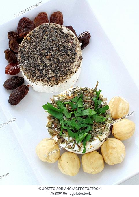 Goat cheese with rosemary, hazelnuts, raisins and pepper